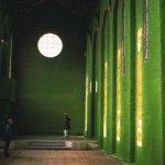травяные стены в заброшенной церкви